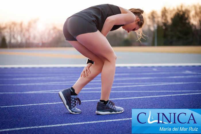 Una de las lesiones más frecuentes en deportistas, sobretodo corredores, es la sobrecarga en la zona de los gemelos. Es una lesión sencilla, pero nos puede causar otras patologías a distancia y apartar de nuestras actividades deportivas y cotidianas.